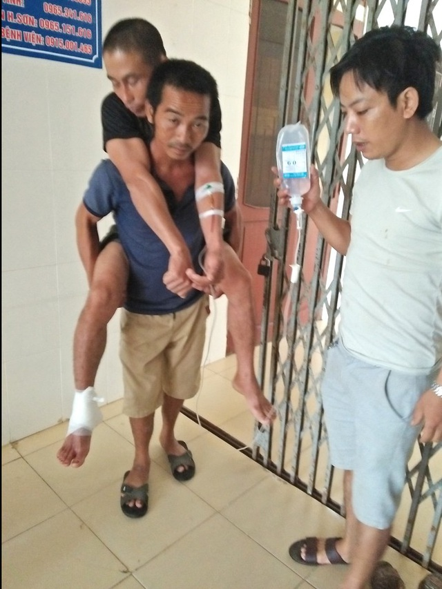 Anh Sơn được sơ cứu, băng bó để di chuyển khẩn cấp ra Vinh phẫu thuật khâu nối vết thương