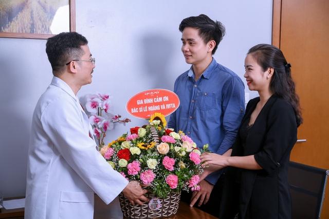 Hơn 30 năm trong ngành sản phụ khoa và hỗ trợ sinh sản, PGS.TS.BS Lê Hoàng đã trở thành ân nhân, mang lại hạnh phúc cho hàng ngàn cặp vợ chồng vô sinh hiếm muộn.