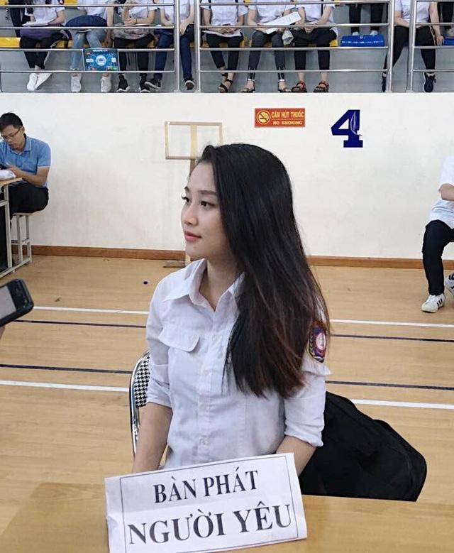 """Phan Trinh (sinh năm 1997), hiện đang là sinh viên năm cuối trường ĐH Hàng hải. Cô bạn chính là cô gái ngồi tại chiếc bàn có tấm biển ghi """"bàn phát người yêu"""" đang được cộng đồng mạng rần rần tìm kiếm thông tin."""