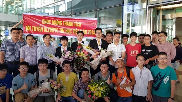 Các thí sinh dự thi Olympic Tin học quốc tế trở về trong sự chờ đón vui mừng của bạn bè và thầy cô.