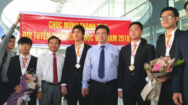 Lãnh đạo Bộ GD&ĐT và đoàn học sinh vừa đoạt giải Olympic Tin học quốc tế