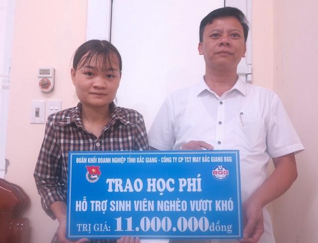 Chiều 6/9, tại Trường ĐH Y khoa Vinh - Bí thư Đoàn thanh niên khối doanh nghiệp tỉnh Bắc Giang liên hệ với Công ty CP TCT may Bắc Giang BGG tài trợ 1 năm học phí đầu tiên cho Thúy với trị giá 11 triệu đồng.
