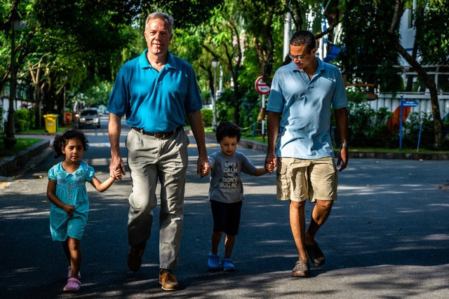 Cựu Đại sứ Ted Osius cùng bạn đời và hai con (Ảnh: New York Times)