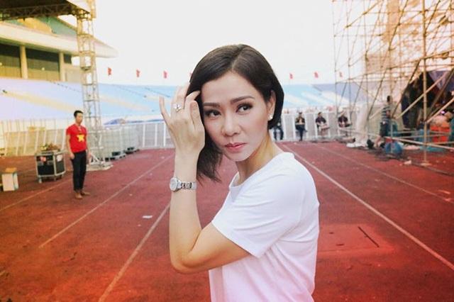 Ca sĩ Thu Minh tự tin bản thân lúc nào cũng tràn đầy năng lượng, cô chia sẻ: Khoảnh khắc xinh đẹp được chộp lại phía sau sân khấu Tự hào Việt Nam. Cô ấy luôn tràn đầy năng lượng của tuổi 20.