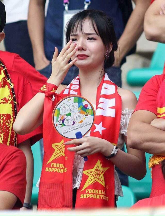 Thủy Tiên rơi nước mắt khi đội tuyển Việt Nam để lỡ huy chương ASIAD