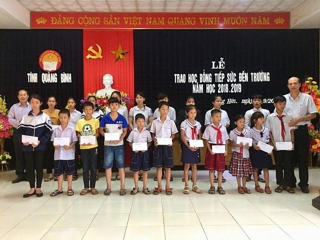 Trong đợt này, Hội Khuyến học tỉnh Quảng Bình đã trao tất cả 320 suất học bổng với tổng trị giá 270 triệu đồng đến học sinh nghèo