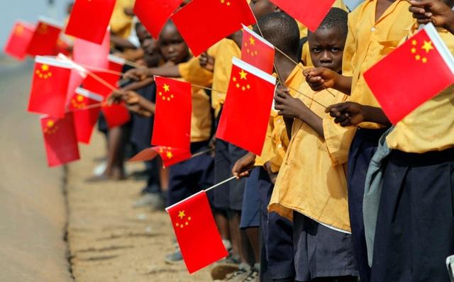 Trẻ em Liberia cầm cờ chào đón trong chuyến thăm của lãnh đạo cấp cao Trung Quốc (Ảnh: Reuters)