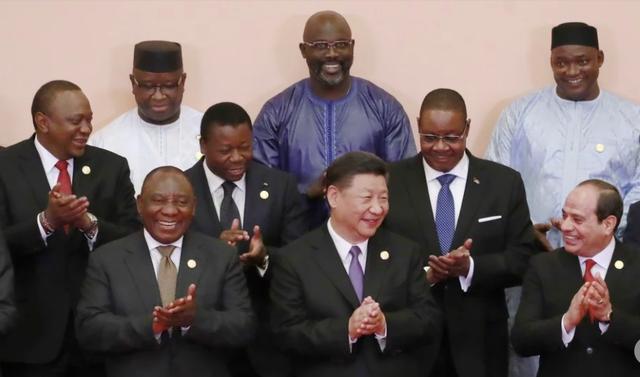 Chủ tịch Trung Quốc Tập Cận Bình (giữa) chụp ảnh chung với các nhà lãnh đạo châu Phi tại Diễn đàn Hợp tác Trung Quốc - châu Phi ở Bắc Kinh ngày 3/9 (Ảnh: SCMP)