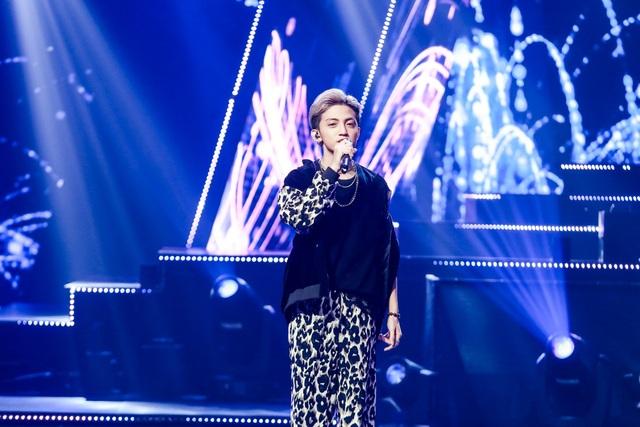 """Tùng Dương trở lại thi đấu trong đêm Chung kết The Debut với một ca khúc do chính mình sáng tác mang tên """"Growing up"""" (Lớn lên)."""