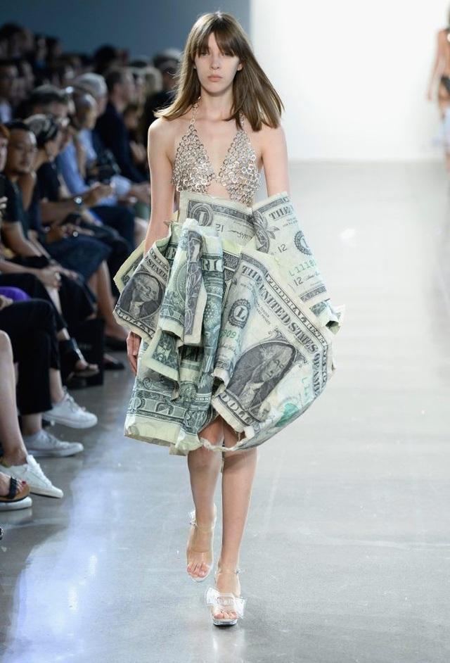Rất khó hình dung nếu thiết kế này được sử dụng trong thực tế, thì người mặc sẽ... đứng ngồi như thế nào với các nếp váy như vậy.