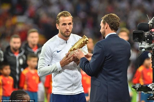 Harry Kane khoe danh hiệu Vua phá lưới World Cup 2018 với các cổ động viên trên sân Wembley