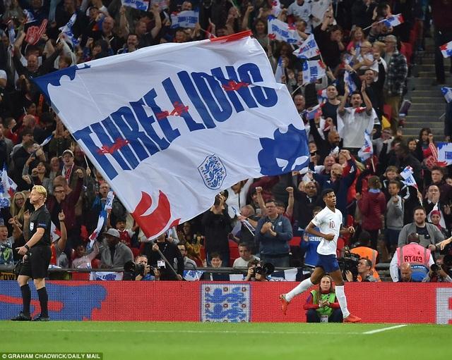 Rất đông cổ động viên Anh có mặt ở sân Wembley nhưng không thể chứng kiến đội nhà chiến thắng