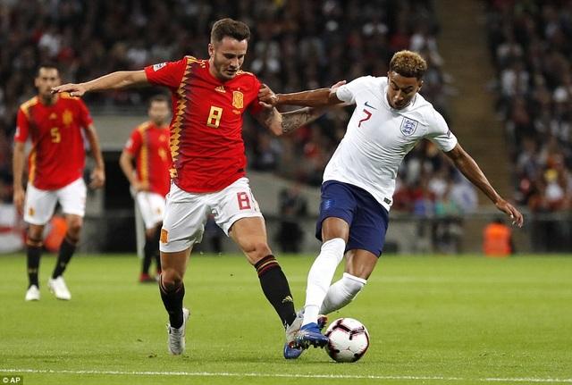 Saul NIguez và Lingard trong tình huống tranh chấp ở giữa sân