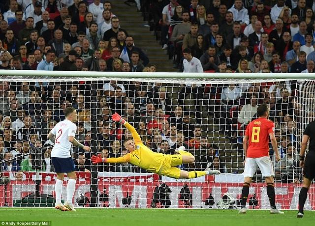 Thủ môn xuất sắc Pickford không thể giúp tuyển Anh tránh được hai bàn thua