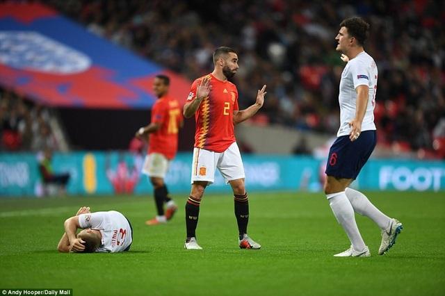 Luka Shaw đau đớn trên sân