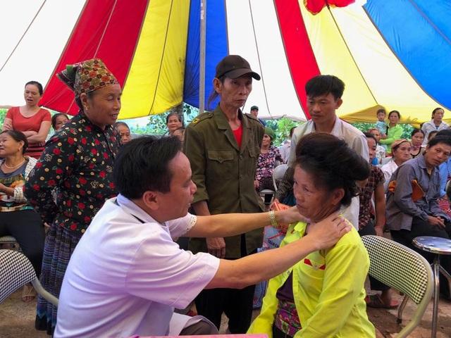 PGS.TS Trần Ngọc Lương, Giám đốc BV Nội tiết Trung ương khám phát hiện bướu cổ cho một phụ nữ người dân tộc.