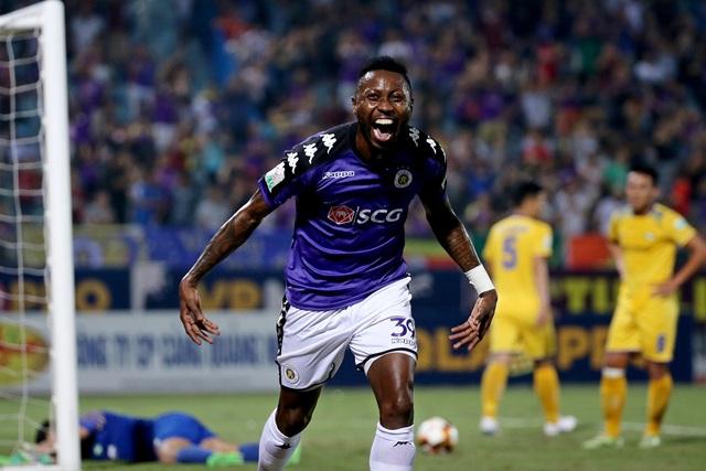 Niềm vui của Samson sau khi ghi bàn giúp Hà Nội vô địch V-League - Ảnh: Gia Hưng
