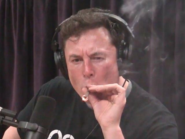 CEO Tesla, tỷ phú Elon Musk hút cần sa trong cuộc phỏng vấn. (Nguồn: The Joe Rogan Experience YouTube channel)