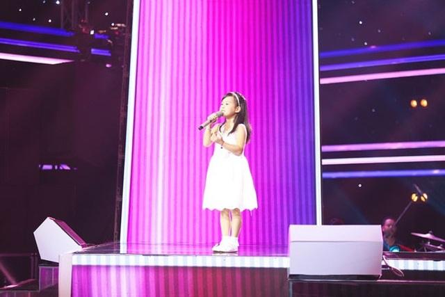 Cô bé 7 tuổi Hải Yến hát Lòng mẹ ... khiến tất cả các HLV phát cuồng.