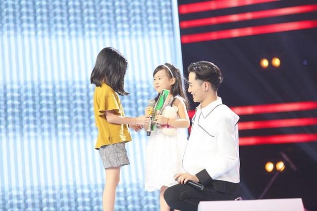 ... thậm chí đưa con gái lên sân khấu để chiêu dụ thí sinh.