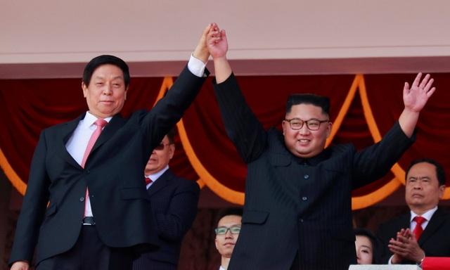 Đứng cạnh nhà lãnh đạo Kim Jong-un trên lễ đài là Chủ tịch Quốc hội Trung Quốc Lật Chiến Thư. Chủ tịch Trung Quốc Tập Cận Bình đã cử ông Lật Chiến Thư tới Triều Tiên dự lễ kỷ niệm ngày Quốc khánh. (Ảnh: Reuters)