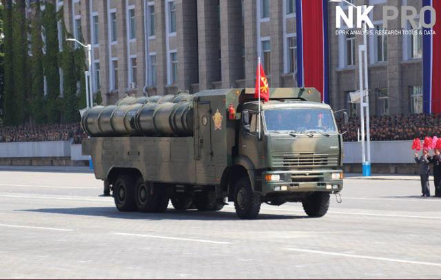 AFP đưa tin các binh sĩ, xe tăng và các hệ thống vũ khí của Triều Tiên đã diễu hành qua lễ đài, trước sự chứng kiến nhà lãnh đạo Kim Jong-un. (Ảnh: NK Pro)
