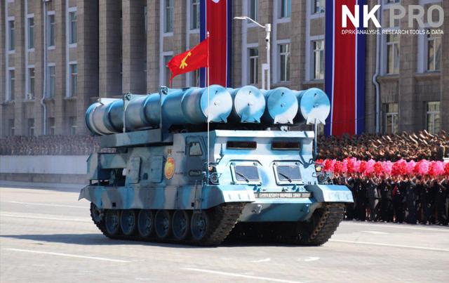 Bệ phóng tên lửa đặt trên xe quân sự di chuyển tại quảng trường Kim Nhật Thành sáng 9/9. (Ảnh: NK Pro)