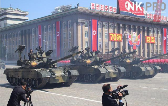 Các xe tăng Triều Tiên tiến vào khu vực duyệt binh tại quảng trường Kim Nhật Thành. (Ảnh: NK Pro)