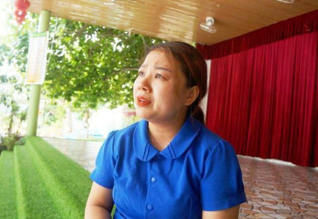 Một giáo viên rưng rưng nước mắt khi nói về việc phải nghỉ dạy học.