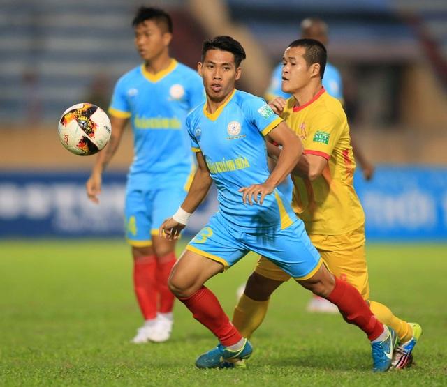 Nam Định (vàng) không thể tránh được thất bại trên sân nhà - Ảnh: Gia Hưng