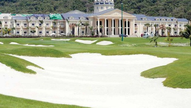 Một sân golf được xây dựng trong dự án nghỉ dưỡng khổng lồ của UDG ở tỉnh Koh Kong năm 2014. Ảnh: Phnom Penh Post