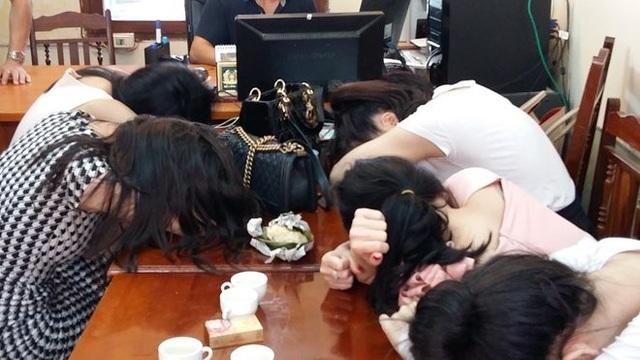 Các gái bán dâm bị bắt quả tang, đưa về cơ quan điều tra trong vụ đường dây mại dâm 14.000 USD. Ảnh: CAND