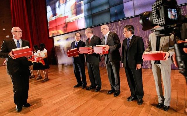 Hiệu trưởng Trường Đại học Việt Đức (bìa trái) trao giải Cống hiến. Trong số người nhận có GS-TS Nguyễn Thiện Nhân