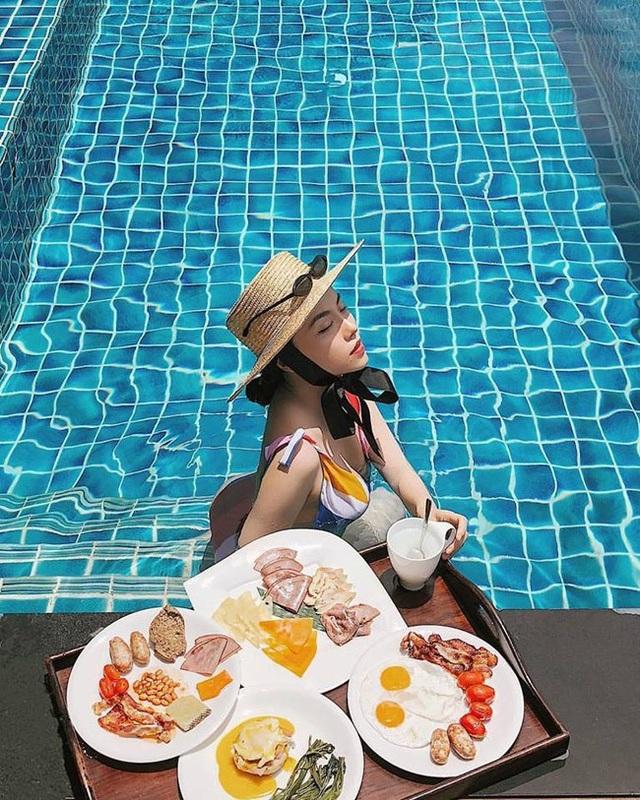 Có thể là những khoảnh khắc thư giãn bên bể bơi...
