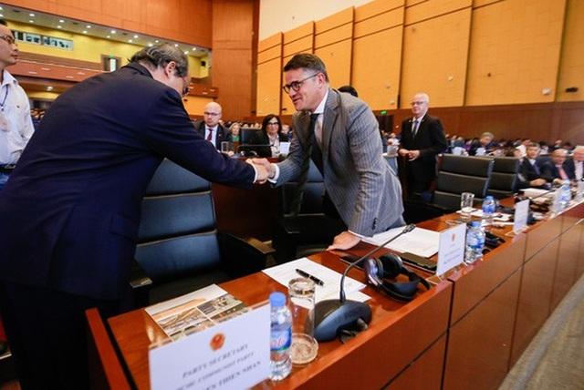 Sau bài phát biểu của mình, Bí thư Nguyễn Thiện Nhân bắt tay Bộ trưởng Boris Rhein.