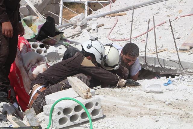 Hình ảnh do tổ chức Mũ Bảo hiểm Trắng công bố ghi lại cảnh giải cứu một người dân bị mắc kẹt trong đống đổ nát sau các trận không kích tại Idlib ngày 8/9 (Ảnh: Twitter)