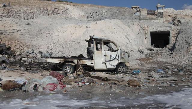 Xe tải bị thiêu rụi sau các cuộc không kích tại Syria ngày 8/9 (Ảnh: AFP)