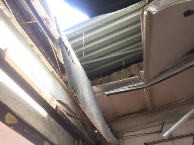 Một mảng trần nhà bị đổ sập
