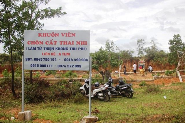 Tấm biển lớn kèm số điện thoại được dựng phía trước để mọi người tiện liên lạc