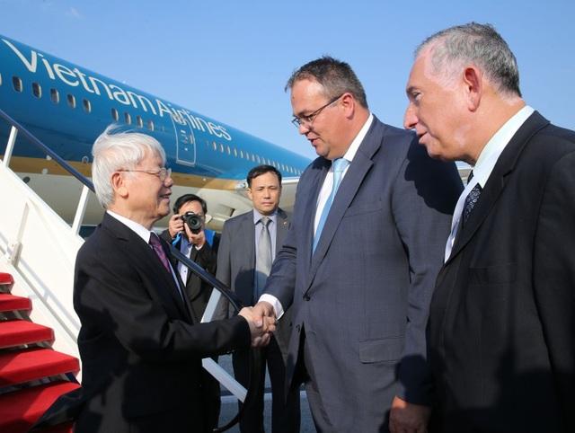Quốc vụ khanh Bộ Ngoại giao Hungary, Chủ tịch Phân ban hợp tác Hungary-Việt Nam Balogh Csaba, cùng các quan chức Hungary đón Tổng Bí thư Nguyễn Phú Trọng.