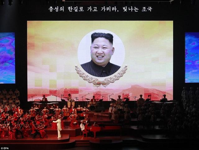 Hình ảnh nhà lãnh đạo Kim Jong-un xuất hiện trên sân khấu buổi hòa nhạc. (Ảnh: EPA)