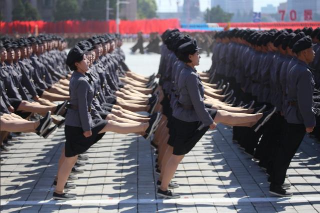 Các nữ binh sĩ Triều Tiên diễu hành đồng đều qua lễ đài tại lễ duyệt binh mừng ngày Quốc khánh. (Ảnh: AFP)