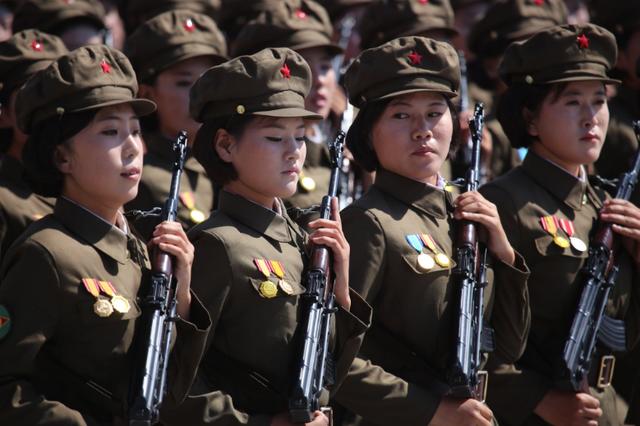 Đội nữ binh sĩ mặc quân phục và bồng súng tại lễ duyệt binh của Triều Tiên. (Ảnh: Nathan VanderKlippe)