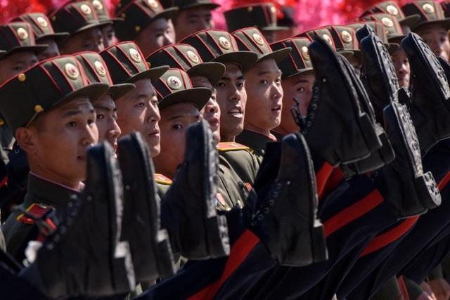 Động tác đá cao chân ấn tượng của các binh sĩ Triều Tiên khi diễu hành qua lễ đài. (Ảnh: AFP)
