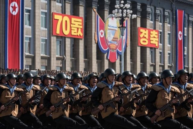 """Khi bước qua lễ đài, các binh sĩ Triều Tiên hô """"Manse"""" (Muôn năm) thể hiện khí thế của lực lượng quân đội. (Ảnh: AFP)"""