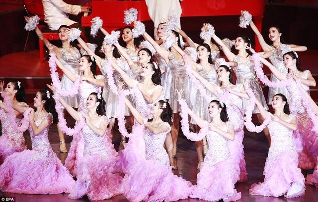 Hàng nghìn khán giả, trong đó có các quan chức cấp cao Triều Tiên, đã tới dự buổi hòa nhạc. Nhà lãnh đạo Kim Jong-un không có mặt tại sự kiện này. (Ảnh: EPA)