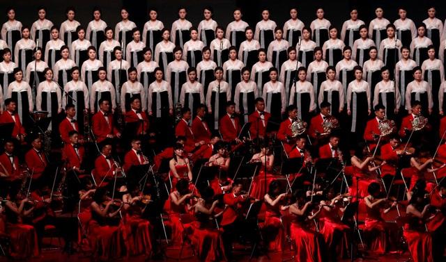 Trong 2 giờ đồng hồ, các nghệ sĩ đã biểu diễn nhiều ca khúc của Triều Tiên trong khi màn hình lớn trên sân khấu chiếu hình ảnh về lịch sử và thành tựu của đất nước. (Ảnh: Reuters)
