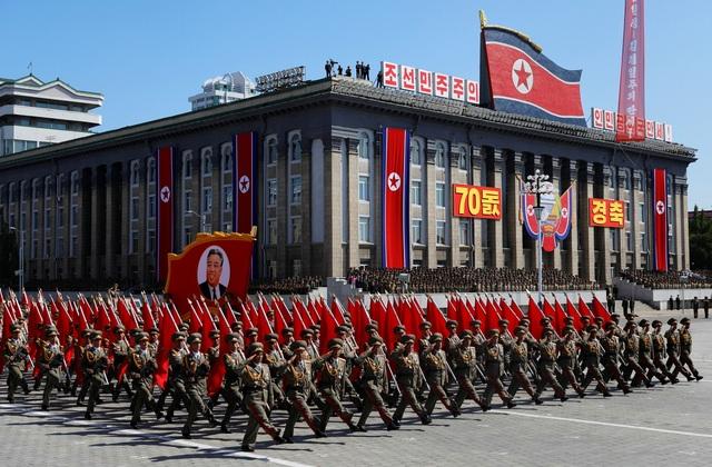 Đơn vị quân đội Triều Tiên rước chân dung cố lãnh đạo Kim Nhật Thành trong lễ duyệt binh được tổ chức tại quảng trường mang tên ông. (Ảnh: Reuters)
