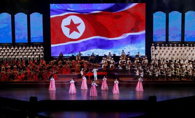 Buổi hòa nhạc có sự tham gia của 3 dàn nhạc hàng đầu của Triều Tiên với các nghệ sĩ nổi tiếng. Một chiếc đàn piano màu đỏ được đặt chính giữa sân khấu. (Ảnh: Reuters)