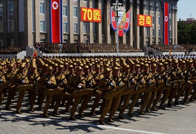 Để có thể thực hiện những màn diễu hành đồng đều, các binh sĩ Triều Tiên được cho là đã phải tập luyện trong suốt nhiều tháng. (Ảnh: Reuters)